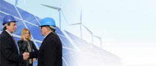 Investoren vor Solaranlage und Windräder